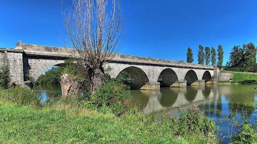 Brères : le pont sur la Loue et le vieux saule