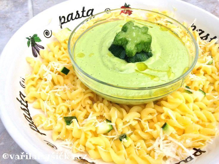 Cuketu nejčastěji pečeme, grilujeme, vaříme, smažíme....Ona se dá ale jíst i syrová. Můžeme ji nastrouhat do zeleninového salátu, nebo z ní během pár minut vyrobit skvělé pesto na těstoviny.