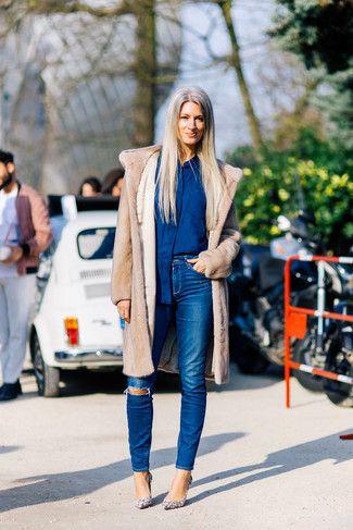 Emparejar un abrigo de piel beige junto a unos vaqueros pitillo desgastados azules es una opción buena para un día en la oficina. Zapatos de tacón de cuero de serpiente beige son una sencilla forma de complementar tu atuendo.
