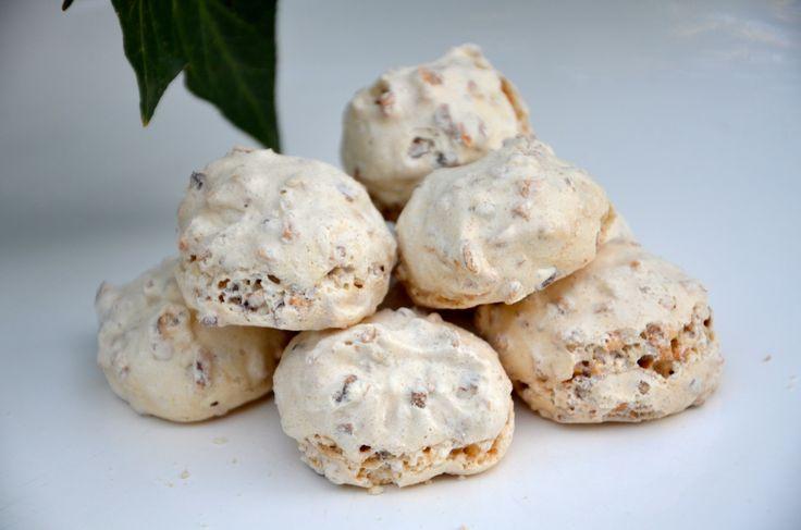 Des petits biscuits italiens, délicieux, entre la meringue et le macaron. Ingrédients pour 8 personnes : 250 g de noisettes mondées 250 g d'amandes mondées 300 g de sucre glace 3 blancs d'oeuf Préparation : Préchauffer le four à 170°C. Hacher grossièrement...