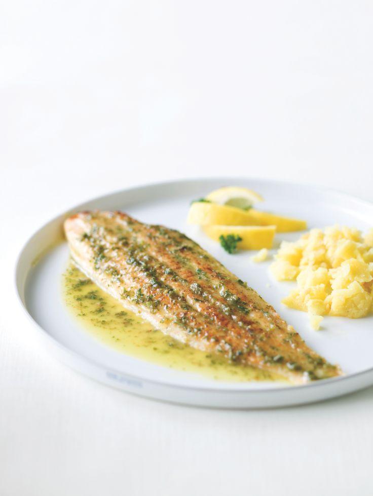 Bereiden:Maak de zeetong: Ontvel de zeetong. Snijd de kleine vinnetjes aan de zijkanten van de zeetong en de kop weg. Spoel alle onreinheden af onder koud, stromend water. Dep droog met een propere handdoek. Breng op smaak met peper en zout. Kleur de boter op een hoog vuur bruin in een pan met antiaanbaklaag. Leg de vis in de pan en voeg constant klontjes boter toe, zodat de boter niet verbrandt. Kleur beide kanten van de vis bruin. Neem de vis uit de pan en houd warm. Maak de saus: