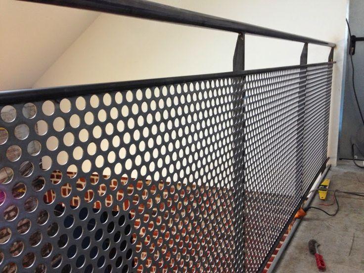 La grange qui deviendra Loft: La pose de l'escalier en métal et les gardes corps de la passerelle