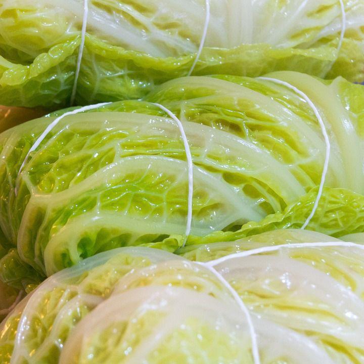 Kåldolmar Recept Kostvetarn – koka vitkål mjuka, ska gå att vika/rulla utan att gå sönder. Stek lök gyllen, tillsätt färs + vitlök. Stek. Blanda färs med kokt ris, grädde, kryddor, soja. Fyll kålblad med röra, rulla små knyten. Knyt ev.med matlagningssnöre. Placera skarven nedåt i ugnsform, pensla ovan med smör. 200* 30-40 min/gyllenbruna.