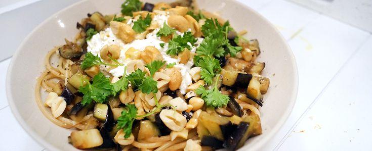 Gewoon wat een studentje 's avonds eet: Vega: Spaghetti met aubergine, ricotta, cashewnoten, peterselie en peper&zout