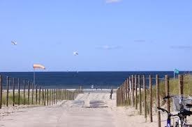 'Ik sta op de strandopgang, mijn handen in de zakken van mijn suède jasje gestoken en kijk naar de zee.'