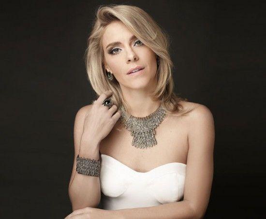 Carolina Dieckmann posa de maxicolar, pulseira combinando e anel!