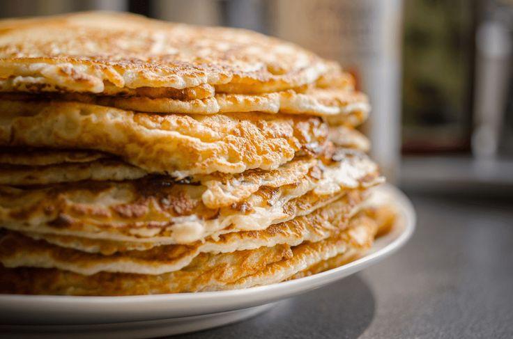 Maak een lekkere grote stapel speltpannenkoeken. Maak je pannenkoeken met speltmeel en amandelmelk, dat is gezonder dan bloem en koemelk!