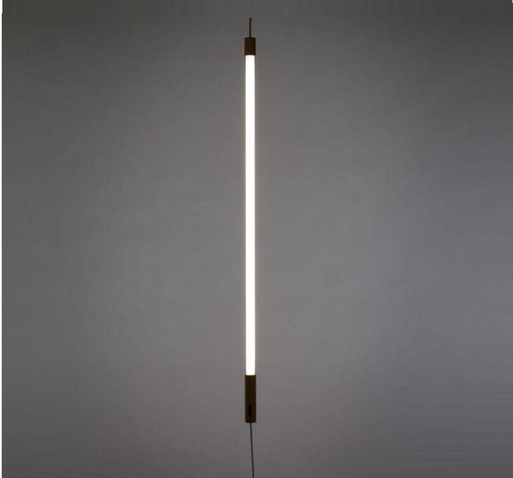 Linea, une création très pop signée du studio Selab et éditée par la maison italienne Seletti ! Le tube néon fluorescent Linea peut être à suspensdre ou à poser de plusieurs façons selon vos envies. Une suspension néon fluo qui vou rappelera les années 80 !<br> Le chic de ce néon provient de la finition en bois de part et d'autre du tube. Ce tube Fluo de 1m40 est disponible dans plusieurs coloris.