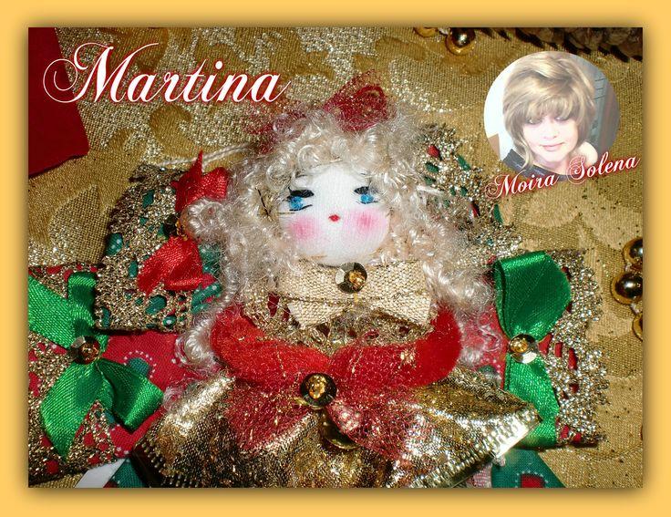 Primo piano di MARTINA, bambolina realizzata su fiocchi di stoffa decorati con passamaneria dorata. https://www.facebook.com/LeBamboleDiMoiraSolena/?fref=photo