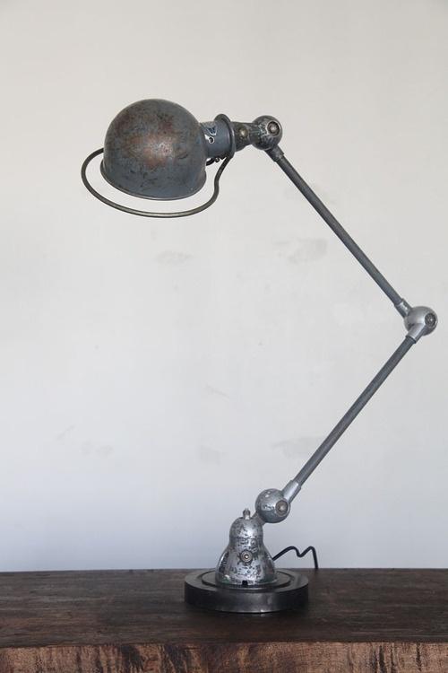 Une #lampe de #bureau #vintage d'inspiration #industrielle, belle patine.  Le genre d'objet autour desquel on peut construire tout un projet d'#architecture  d'#intérieur