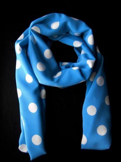 Pañuelo confeccionado en tela Batista, de color azul con lunares blancos, de forma rectangular y de medidas : 146 x 27 ( cm ). Se recomienda lavar a mano.