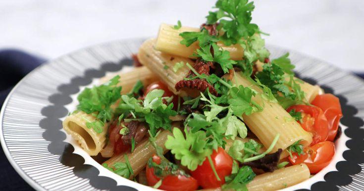 Rigatoni ai funghi - Paolo Robertos recept på pasta med svamp, tomat och vin- och olivoljesky.