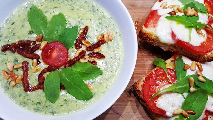 Courgettesoep met rucola en ciabatta met tomaat, rucola en pijnboompitten #recept #recepten #food #diner #lunch #koken
