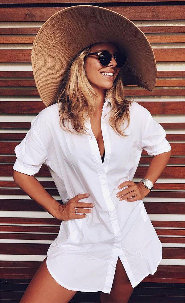 A camisa pode ser ótima aliada e funciona muito bem como uma saída de praia bem elegante.