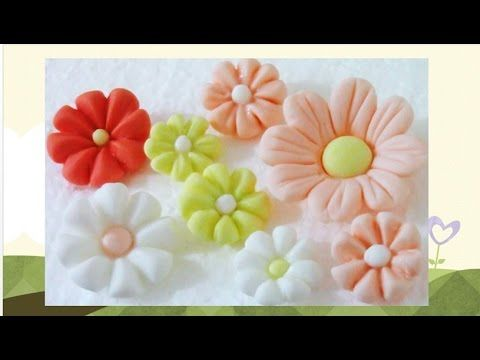 En este vídeo les enseño hacer paso a paso unas hermosas y muy fáciles flores en miniaturas de fondant o masa elástica para modelar y como preparar el pegame...