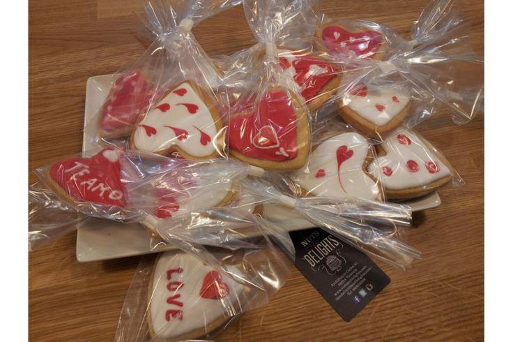 "Galletas decoradas ""Feliz día de San Valentín"" #sanvalentin #amor #love #diadelosenamorados #pasteleria #nutsanddelights #pasteleriacreativa #pasteleriavalencia #tartasdecoradas #tartaspersonalizadas"
