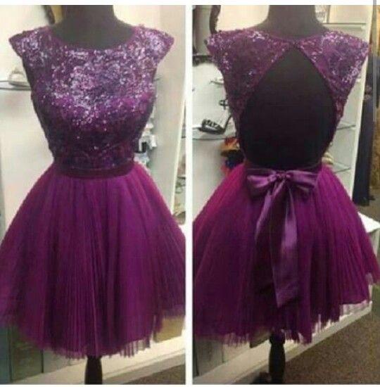 Hermoso vestido corto. Color uva