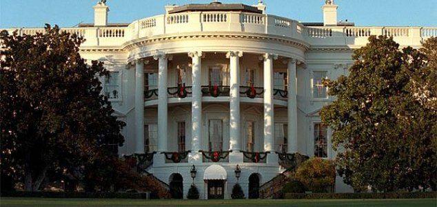 Uma filmagem de uma webcam mostrando uma luz vermelha na Casa Branca, no segundo andar para ser mais preciso, está viralizando na Internet.