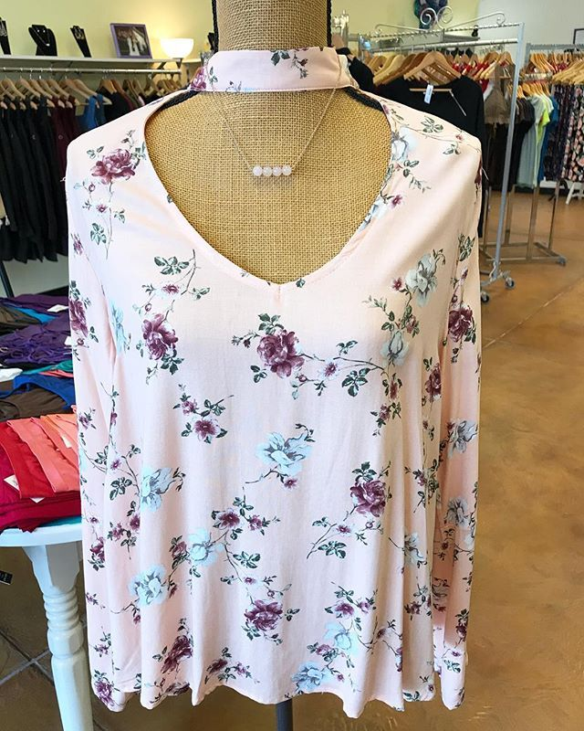 This weather has us beyond ready for spring - OOTD is this gorgeous floral top that would be perfect for Spring! 20% off until Saturday 2/17  #stellalouiseboutique #hereingreer #shopwithus