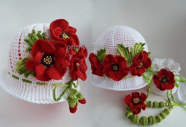 Шикарная летняя панама в виде шляпки, связанная крючком. Изюминки ей придает отделка из цветов и листочков.