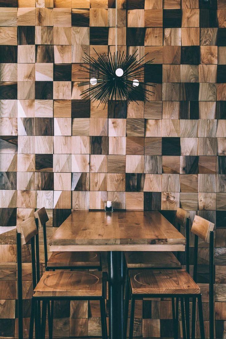 mesa con sillas y taburetes de madera diferentes tonos luz de erizo restaurante japonés diseño