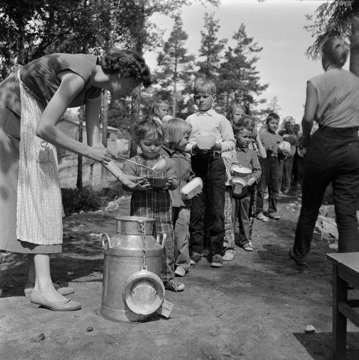 Ruokatauko Herttoniemen leikkipuistossa 1950-luvulla. Kuva: Helsingin kaupunginmuseo / Niilo Kienanen.