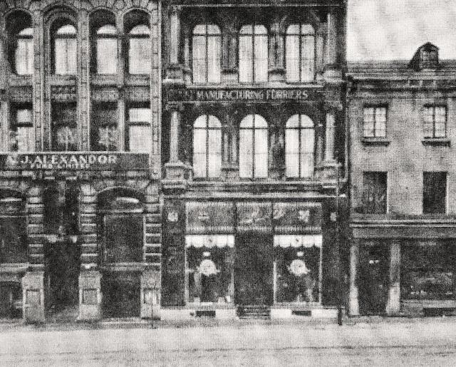 Montréal, vers 1910. Les 460-468, rue McGill.      Document BANQ / Carte Postale (détail).  Façade de commerce: A.J.Alexandor Furs Limited.  Ces façades sont pratiquement les mêmes aujourd'hui www.flickr.com/photos/urbexplo/6474809015