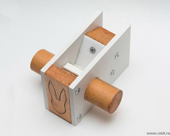 Устройство для расщёлкивания кедровых орехов. Работает от физической силы — требуется крутить рукоятку.