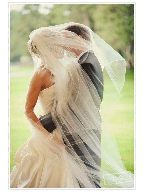 Foto noiva e noivo com véu