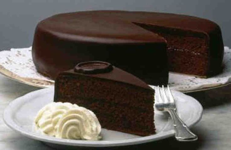 La famosa Tarta Sacher fue inventada en 1832 por Franz Sacher. Este hombre era un ayudante de cocina, que consiguió impresionar con su tarta al príncipe Klemens Wenzel Lothar von Metternich.    Según cuenta la historia, el canciller del imperio pidió un postre especial tras una cena con unos inv