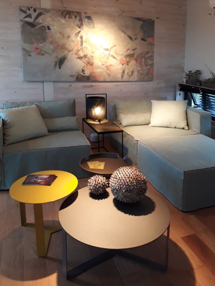 "Espacio ""Desconexión Interior"" a cargo de Di Marco, Badia, Guarracino y Russo.  Sillón modular Hawaii, mesas Barbados, Consola Resina y lámpara Resina. #estilopilar #diseñointerior"
