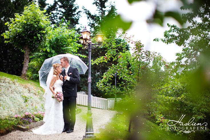 wedding photo. Bryllupsfoto av Tor og Viktoria. Bildet her er tatt utenfor vårt fotostudio her i Sarpsborg.