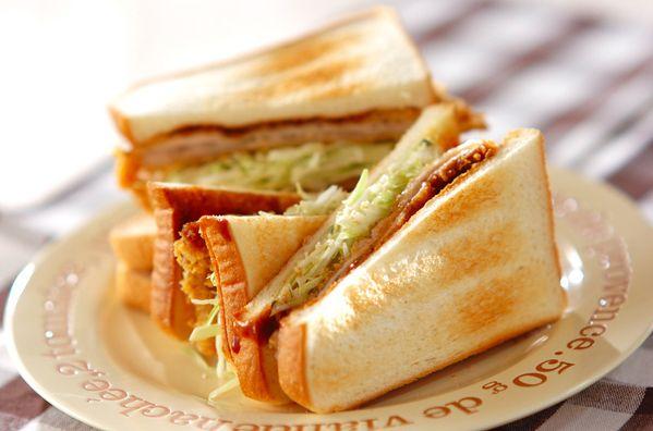 サンドイッチを作りたてのまま、綺麗に保つコツをご紹介します。サンドイッチは手軽に食べられて、お弁当にぴったりですが、お弁当箱を開けたら具材の水分でパンがべちょべちょに……。でも大丈夫!これで作りたてのサンドイッチを食べられますよ! (3ページ目)