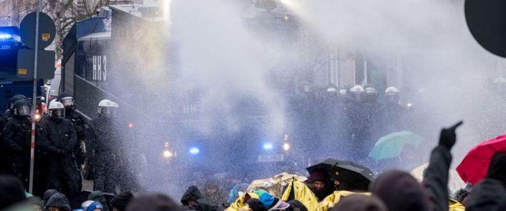 HANNOVER. Bei den Protesten gegen den AfD-Bundesparteitag in Hannover haben sich zahlreiche Demonstranten gewaltsame Auseinandersetzungen mit der Polizei geliefert. Sie warfen Flaschen und Steine auf die Beamten. Mehrere Polizisten wurden verletzt, auch ein Demonstrant kam mit einem Beinbruch...
