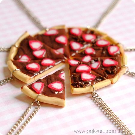colar com pingente pizza de chocolate e brigadeiro com morango || miniature choclate and strwaberries sweet pizza charm friendship necklace