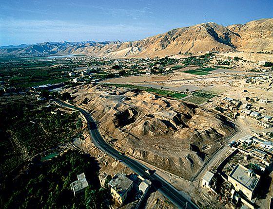 аселение составляло около 2000 человек. Город окружали ров и массивная стена, дома строили из необожженного кирпича, внутри него жители сложили из камней башню высотой более восьми метров. Около 7300 года до н. э. люди надолго покинули город.