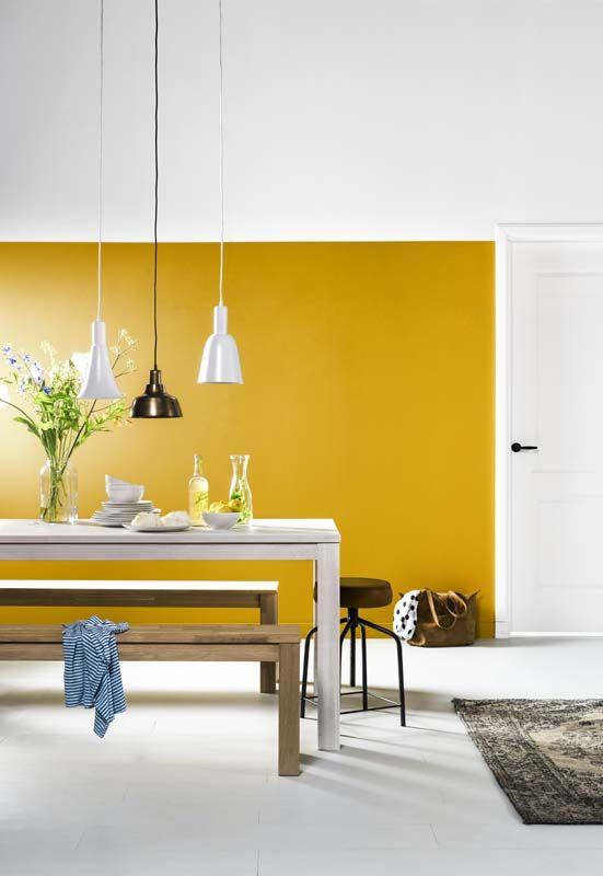 KARWEI | Met een okergeel geverfde muur krijgt de eetkamer een frisse uitstraling waardoor je al snel een zonnig gevoel krijgt!