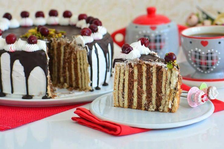 Malzemeler; 2 paket kakaolu potibör bisküvi 2 paket sade potibör bisküvi 2 yemek kaşığı çokokrem 1 paket kakaolu puding 3,5 su bardağı süt ( Pudingi hazırlamak için) 1 paket kakaolu krem şanti 1 paket sade krem şanti ( pastanın üzeri için) 160 gr. bitter çikolata ( Benmari usulü eritilmiş) Dondurulmuş vişne taneleri Hazırlanışı Öncelikle tencereye sütü boşaltıp,pudingi üzerine ekleyip koyulaşana kadar çırparak karıştırın. Koyulaşan pudingi ocaktan alıp ılınmasını sağlayın. Çokokremi ekleyip…