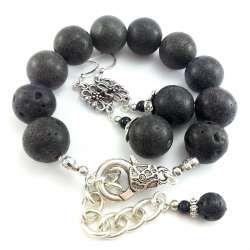 Komplet biżuterii bransoletka i kolczyki z czarnej lawy wulkanicznej.