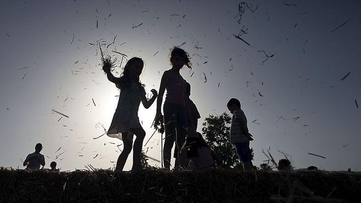 Ronen Zvulun/Reuters - Crianças brincam com fardos de feno nas margens do Mar da Galiléia, em Israel.Foto:Ronen Zvulun/Reuters