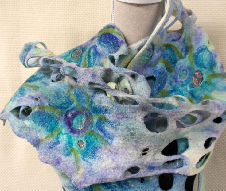 Vilten blauwe sjaal. Shawl, wol, zijde , vilt handgemaakt voor dames. door GitaKalishoek op Etsy https://www.etsy.com/nl/listing/253519218/vilten-blauwe-sjaal-shawl-wol-zijde-vilt