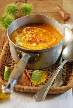 On continue le bal des recettes d'automne en mettant à l'honneur ses couleurs ! Elle n'est pas jolie cette soupe de potimarron et tomate ?!