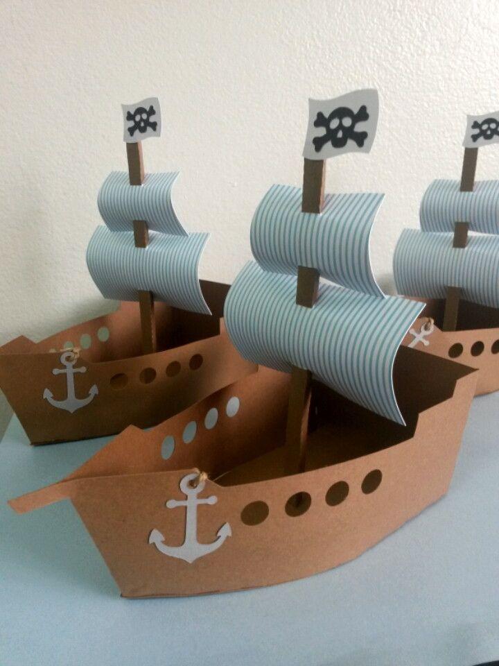 Este lindo barquinho é a opção ideal para ser utilizada como Centro de Mesa. Ele também pode ser confeccionado em tamanho menor para ser utilizado nas mais diversas decorações. O tema proposto para o barco da foto é Jake e os Piratas, porém o tema e as cores podem ser personalizados conform...