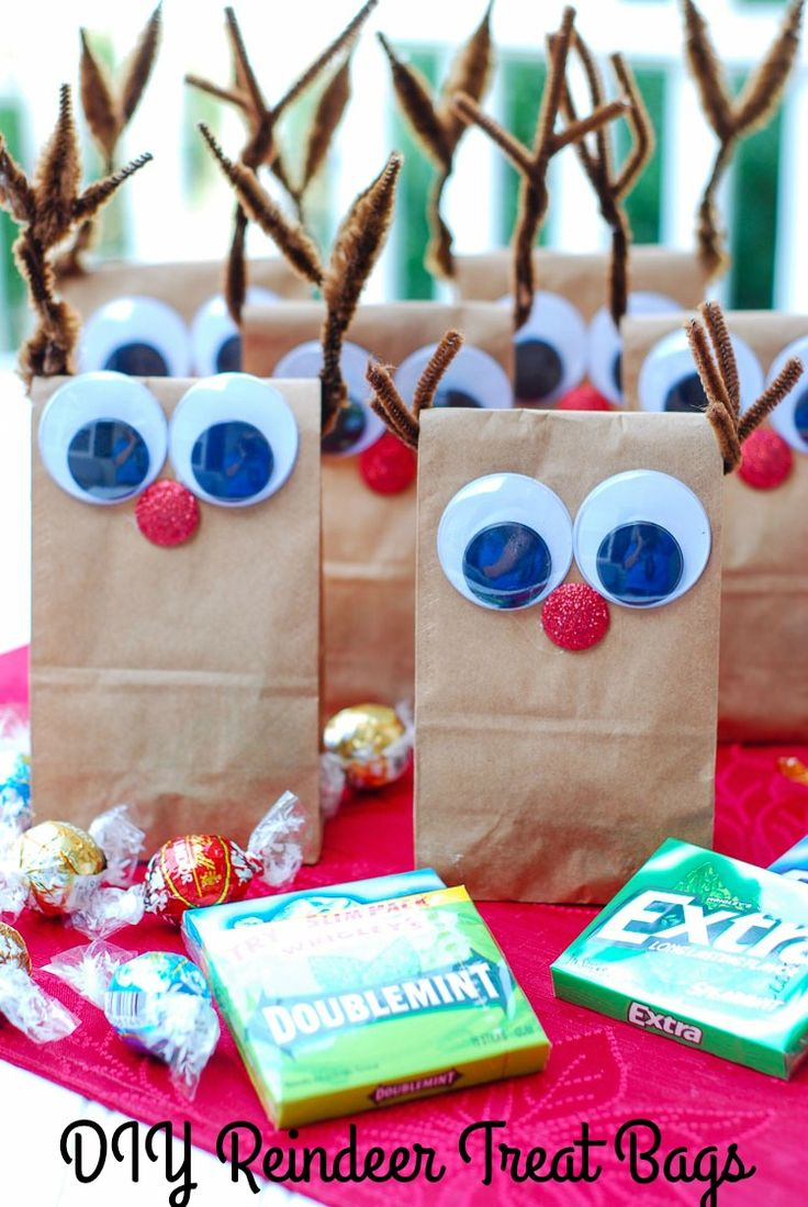 Need holiday treat bags for a crowd? My DIY Reindeer Treat Bags are fun and easy to make. I filled them with Extra® gum and other goodies from Dollar General. #PackInMoreMemories ad