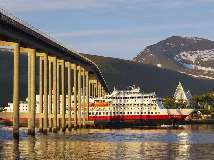 Hurtigruten in Midnight Sun (Photo: Bård Løken/Visit Tromsø)