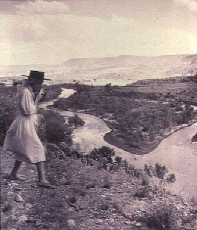Georgia O'Keefe photographing the Chama Valley, New Mexico (1961), gelatin-silver print - Todd Webb
