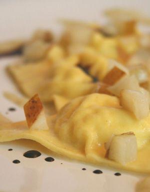 Ravioli al formaggio di fossa e salsa di pere al balsamico