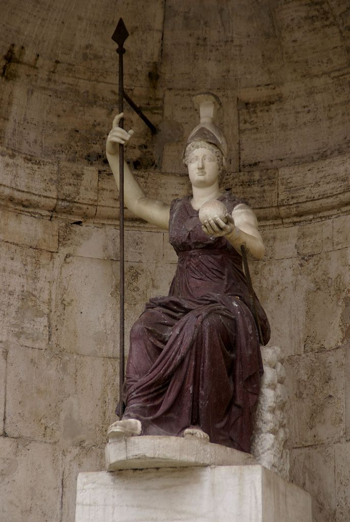 Rom, Kapitol, antike Porhyrstatue der Dea Roma an der Freitreppe des Palazzo Senatorio (porphyr statue of the Goddess Roma at the Senators' Palace staircase)