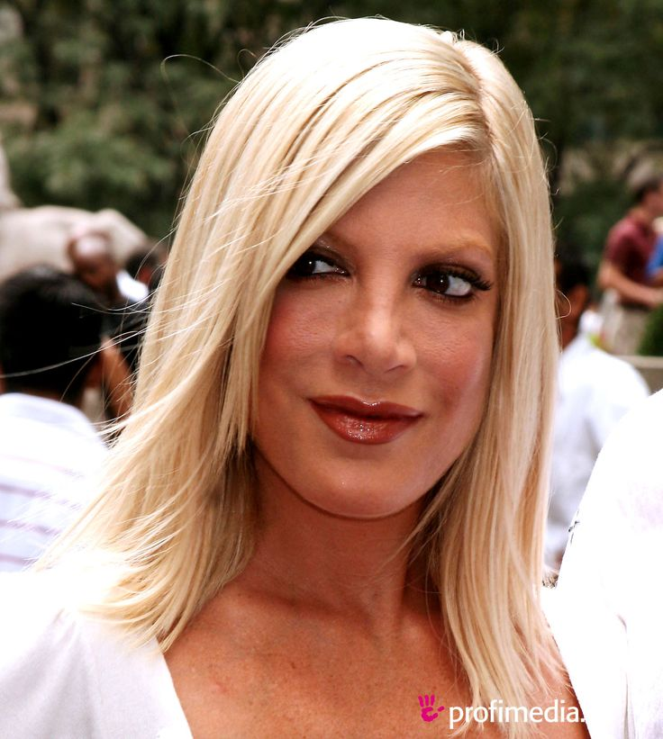 Tori Spelling's hair is one of my favorites. I wish I was comfortable going shorter and having my hair above my jaw line again because she makes it look so good. I am not sure I can go that blonde, either, but a girl has gotta dream.