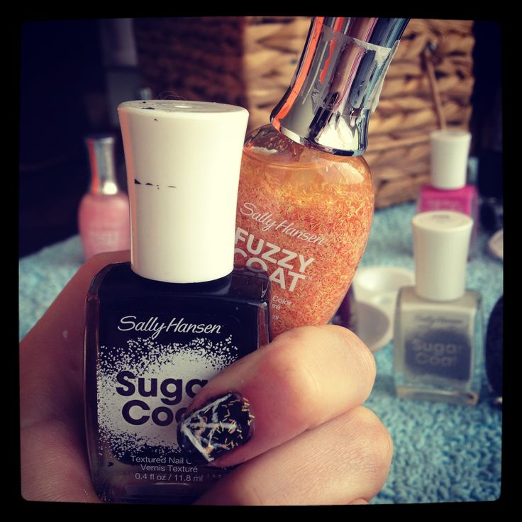 Hoy en la mañana me llegaron los nuevos esmaltes de Sally Hansen es una firma de lacas de uñas que no conocía. Es numero uno en E.E.U.U. Y la verdad no me entraña me han encantado. Con una sola capa ya esta cubierta la uña , ademas tienen unas texturas y una variedad de colores muy divertidas En el caso de no tener la textura de azúcar lo podéis hacer tb. con los  http://yaelmakeup.wordpress.com/2013/10/18/tutorial-de-unas-tela-de-arana-para-halloween/